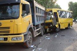 В результате многочисленных столкновений трех автомобилей и рейсового автобуса «Донецк - Шахтерск» пострадали 17 человек (фото), фото-3