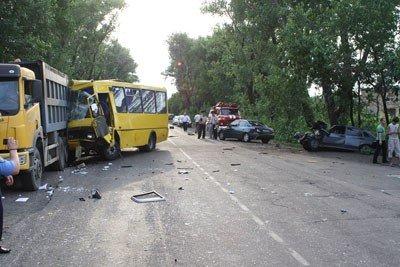 В результате многочисленных столкновений трех автомобилей и рейсового автобуса «Донецк - Шахтерск» пострадали 17 человек (фото), фото-1