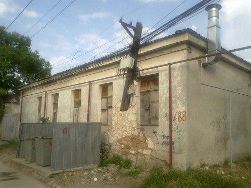 Новое чудо света: в Симферополе обнаружены висящие в воздухе электрические столбы (фото), фото-1