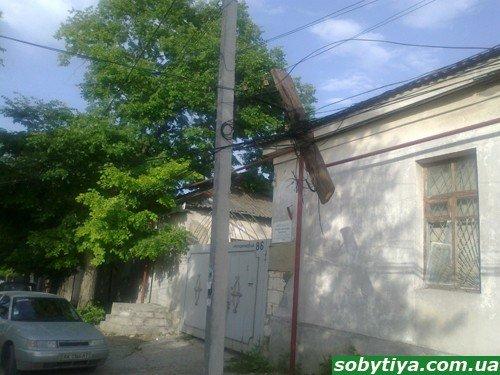 Новое чудо света: в Симферополе обнаружены висящие в воздухе электрические столбы (фото), фото-2