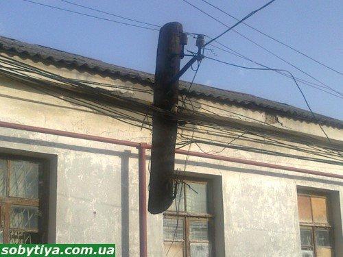 Новое чудо света: в Симферополе обнаружены висящие в воздухе электрические столбы (фото), фото-3