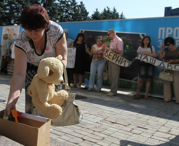 На митинге в Донецке Януковича попросили «урезонить отпрыска» и собирали для  сына президента детские игрушки и деньги (фото, видео), фото-4