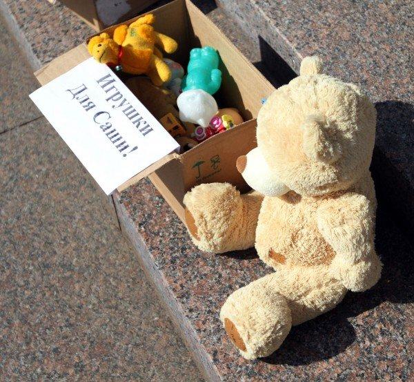 На митинге в Донецке Януковича попросили «урезонить отпрыска» и собирали для  сына президента детские игрушки и деньги (фото, видео), фото-5