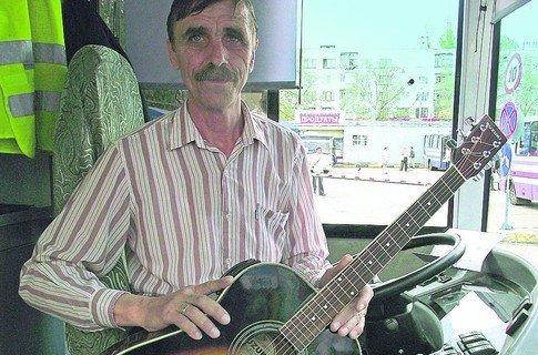 Водитель троллейбуса из Гурзуфа сочиняет песни по дороге и сам себе нагадал брюнетку-жену, фото-1
