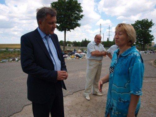 Мэр Симферополя позировал фотографам на фоне мусорных куч (фото), фото-1