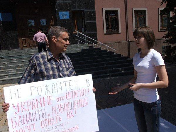 Перед донецкой прокуратурой выложили орудия милицейских пыток (фото), фото-3