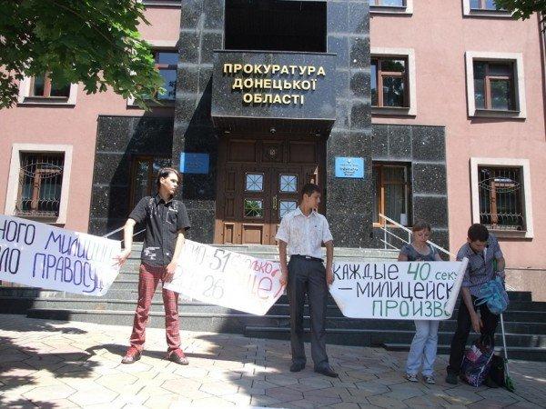 Перед донецкой прокуратурой выложили орудия милицейских пыток (фото), фото-4