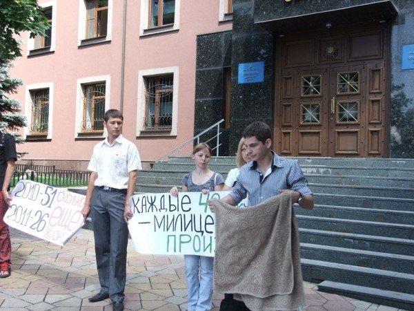 Перед донецкой прокуратурой выложили орудия милицейских пыток (фото), фото-1