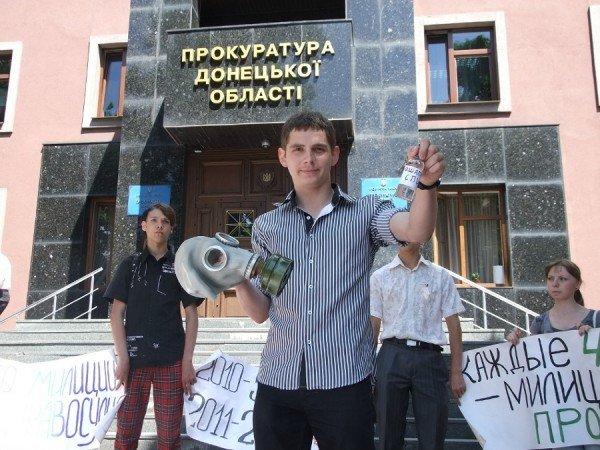 Перед донецкой прокуратурой выложили орудия милицейских пыток (фото), фото-2