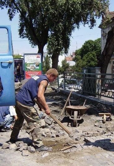 В Ужгороді відновлюють бруківку перед пішохідним мостом (ФОТО), фото-1