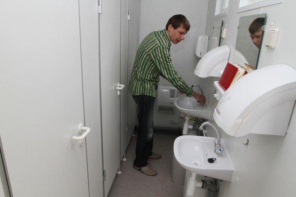 В Донецке продемонстрировали туалеты для «Евро-2012» стоимостью 800 тысяч гривен (фото), фото-1