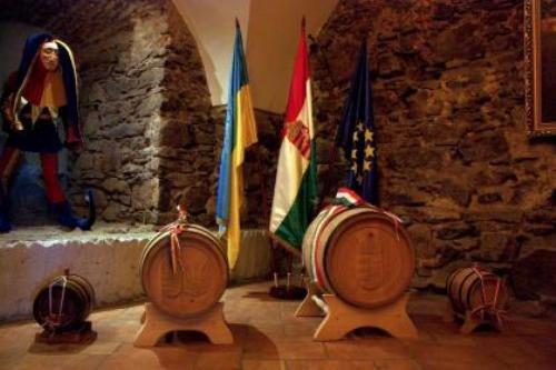 В Ужгороді угорці подарували Януковичу 60-літрову бочку токайського вина (ФОТО), фото-2