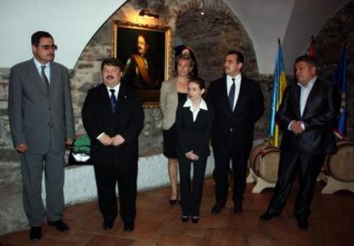 В Ужгороді угорці подарували Януковичу 60-літрову бочку токайського вина (ФОТО), фото-3