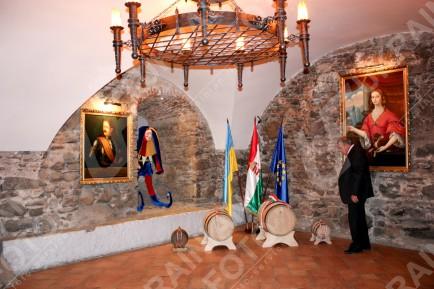 В Ужгороді угорці подарували Януковичу 60-літрову бочку токайського вина (ФОТО), фото-4