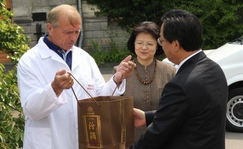 В Ялте посол Китая подарил руководителю «Массандры» коллекционную водку (ФОТО), фото-2