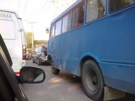 В центре Симферополя иномарка не разошлась с автобусом (фото), фото-1