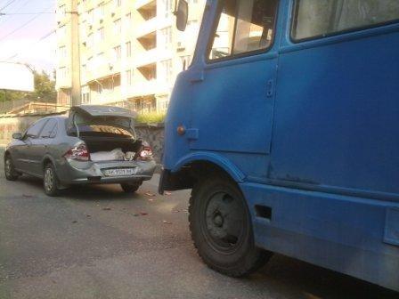 В центре Симферополя иномарка не разошлась с автобусом (фото), фото-2