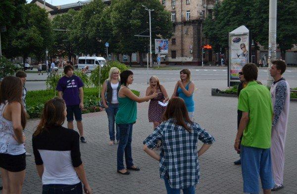В Запорожье прошел поцелуйный флешмоб. Горожане целовали прохожих (ФОТО)., фото-1
