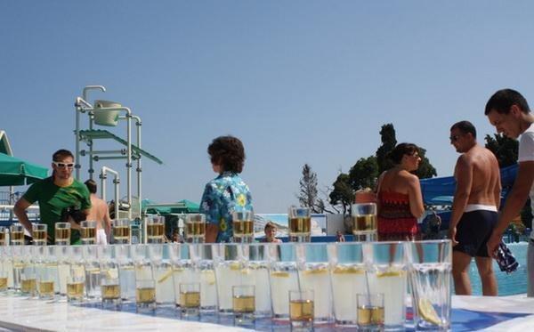 В Ялте установили рекорд Украины, соорудив конструкцию из 100 бокалов с коктейлями (ФОТО), фото-1