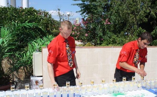 В Ялте установили рекорд Украины, соорудив конструкцию из 100 бокалов с коктейлями (ФОТО), фото-2