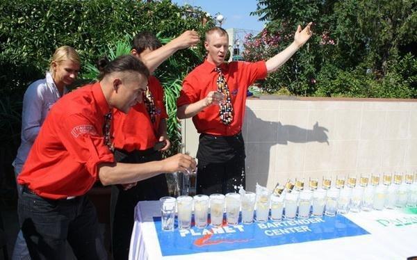 В Ялте установили рекорд Украины, соорудив конструкцию из 100 бокалов с коктейлями (ФОТО), фото-4