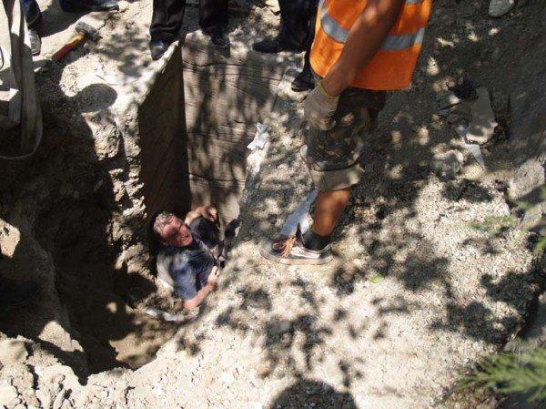 У симферопольца, угодившего в вырытую дорожниками яму, нет денег на лечение сломанной ноги (фото), фото-2