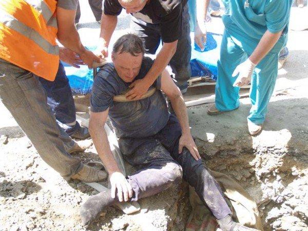 У симферопольца, угодившего в вырытую дорожниками яму, нет денег на лечение сломанной ноги (фото), фото-1
