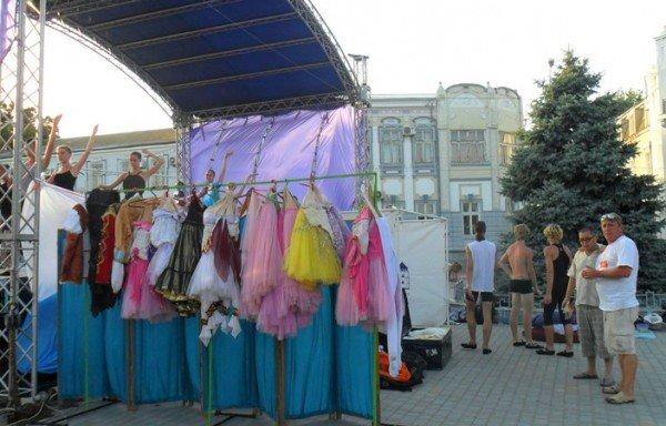 В центре Евпатории танцевали лебеди (фото), фото-1