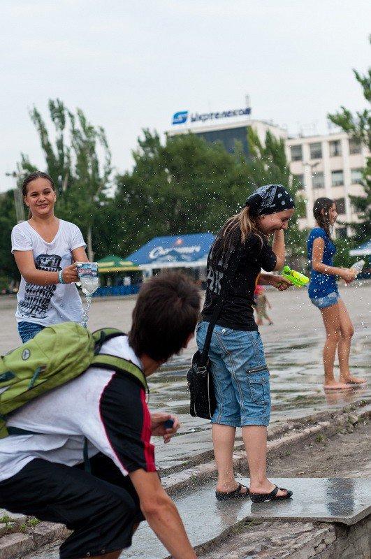 Запорожская молодежь спасалась от жары обливанием (ФОТО), фото-2