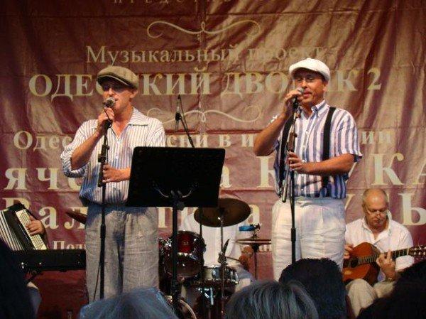 В Одессе депутат горсовета пел горожанам и бесплатно раздавал диски (ФОТО), фото-1