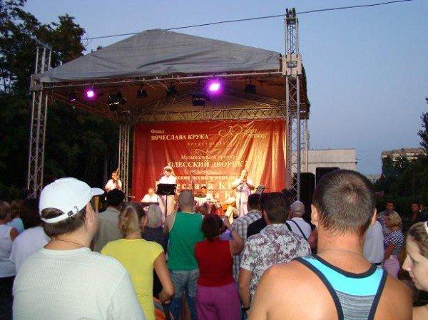 В Одессе депутат горсовета пел горожанам и бесплатно раздавал диски (ФОТО), фото-4
