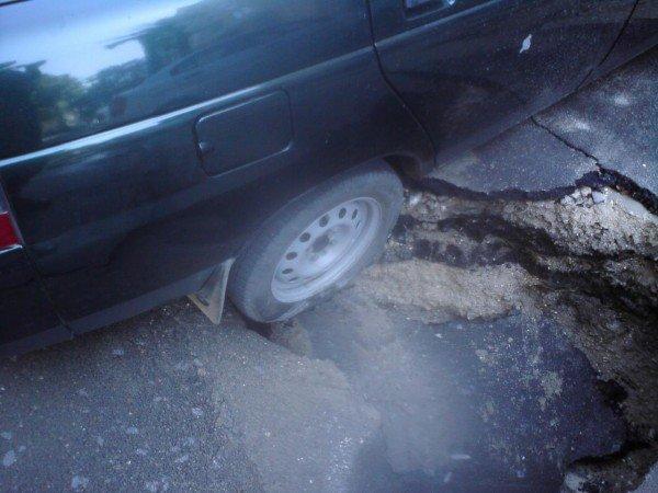 Скандал: В центре Одессы  колёса автомобиля  на парковке  провалились под землю (фото), фото-2