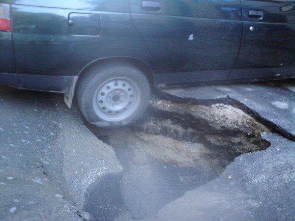 Скандал: В центре Одессы  колёса автомобиля  на парковке  провалились под землю (фото), фото-1