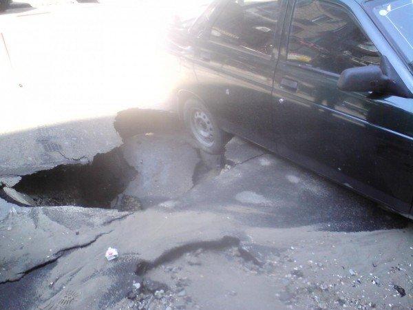 Скандал: В центре Одессы  колёса автомобиля  на парковке  провалились под землю (фото), фото-3