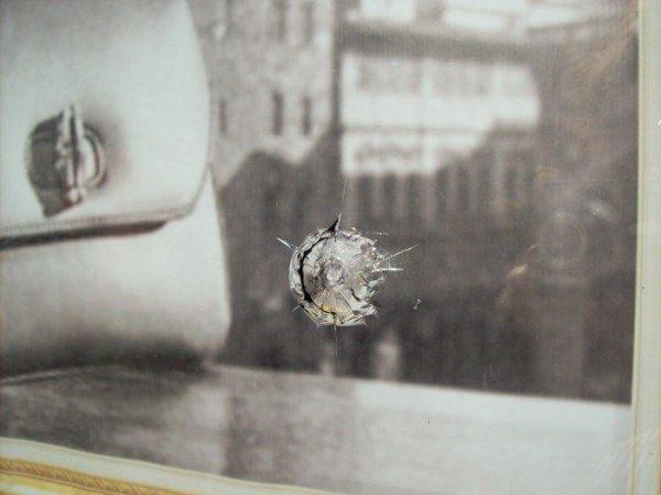 В витрине одного из известнейших брендовых магазинов Одессы следы пуль? (фото), фото-1