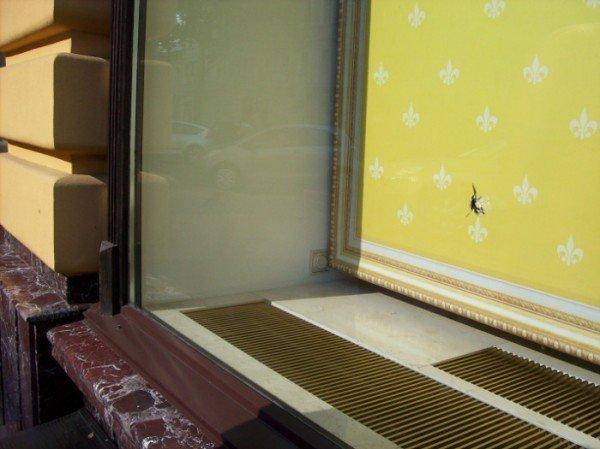 В витрине одного из известнейших брендовых магазинов Одессы следы пуль? (фото), фото-2