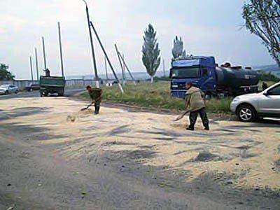 В Донецкой области разлили 12 тонн лисичанского битума (фото), фото-2