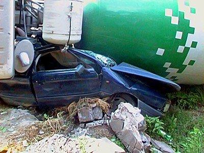 В Луганске водитель грузовика не понял как расплющил легковушку (фото), фото-2