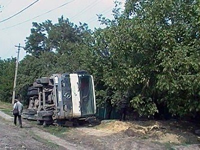 В Луганске водитель грузовика не понял как расплющил легковушку (фото), фото-1