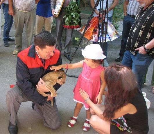 Мэр Одессы Алексей Костусев побывал в гостях у новорожденных львят(фото), фото-4