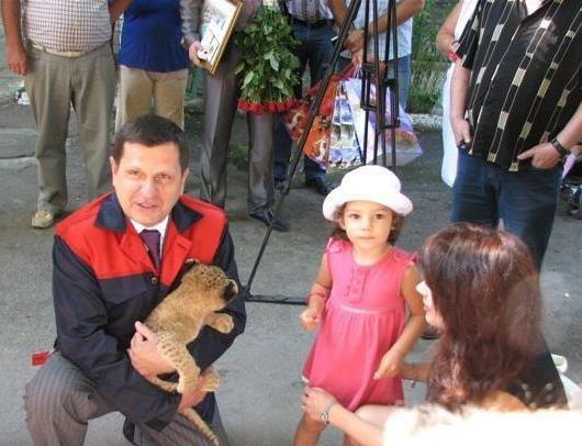 Мэр Одессы Алексей Костусев побывал в гостях у новорожденных львят(фото), фото-5