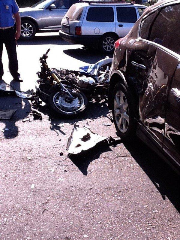 ДТП в центре Одессы. Престижная иномарка сбила мотоцикл (фото), фото-1