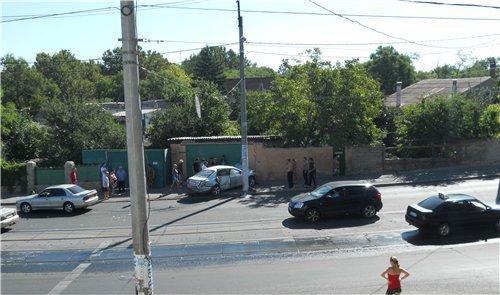 ДТП на Большом Фонтане. Иномарку «вынесло» с дороги из-за мокрых трамвайных рельс, фото-2