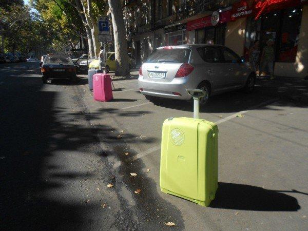 В Одессе придерживают парковочные места чемоданами (фотофакт), фото-1