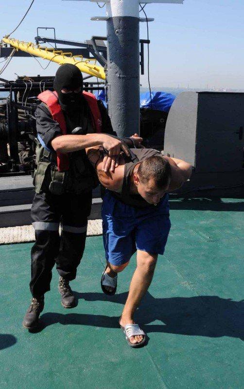 В Одессе задержали судно, начиненное нелегалами, наркобаронами и сбежавшими от правосудия преступниками (фото), фото-4