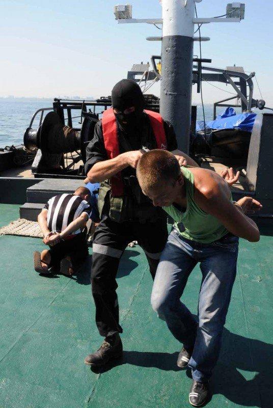 В Одессе задержали судно, начиненное нелегалами, наркобаронами и сбежавшими от правосудия преступниками (фото), фото-6