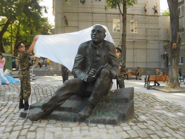 В Одессе новоустановленный памятник Бабелю окружили автоматчики (фото), фото-9