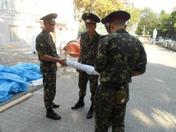 В Одессе новоустановленный памятник Бабелю окружили автоматчики (фото), фото-1