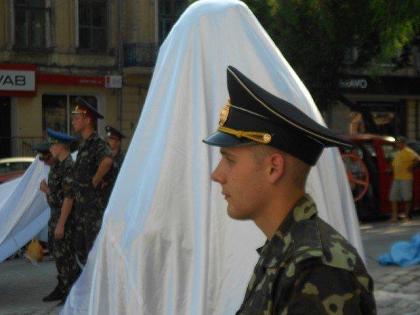 В Одессе новоустановленный памятник Бабелю окружили автоматчики (фото), фото-3