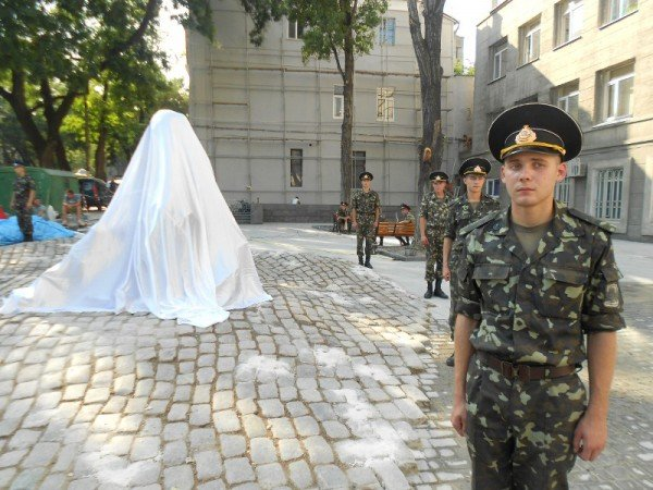 В Одессе новоустановленный памятник Бабелю окружили автоматчики (фото), фото-4